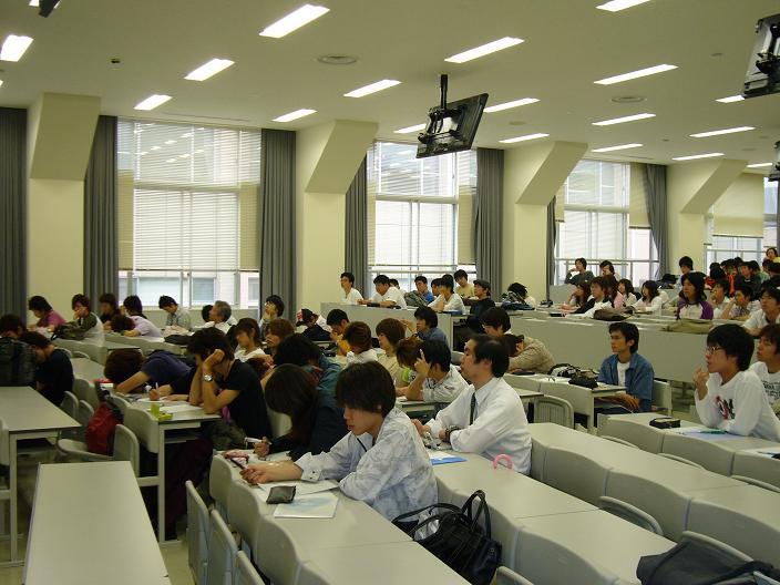 聴講する学生