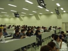 河田氏の講演を聴講する学生たち