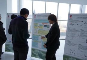 大連理工大学ソフトウェア学院で開催された共同ワークショップのポスターセッション。中国人学生に対して頑張って英語で説明しています。