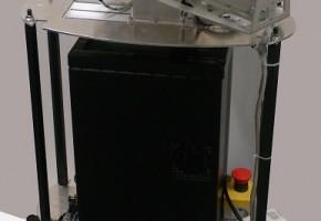 移動ロボットに可動式のプロジェクタを搭載した構成となっているため,壁・床などあらゆる場所への投影が可能となり,人に対していつでもどこでも能動的に情報を提示できる