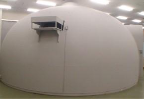 テクノコンプレックス内に設置したドーム型の実験設備です.この中で,視覚と聴覚を融合した複合現実型情報提示の研究を行っています